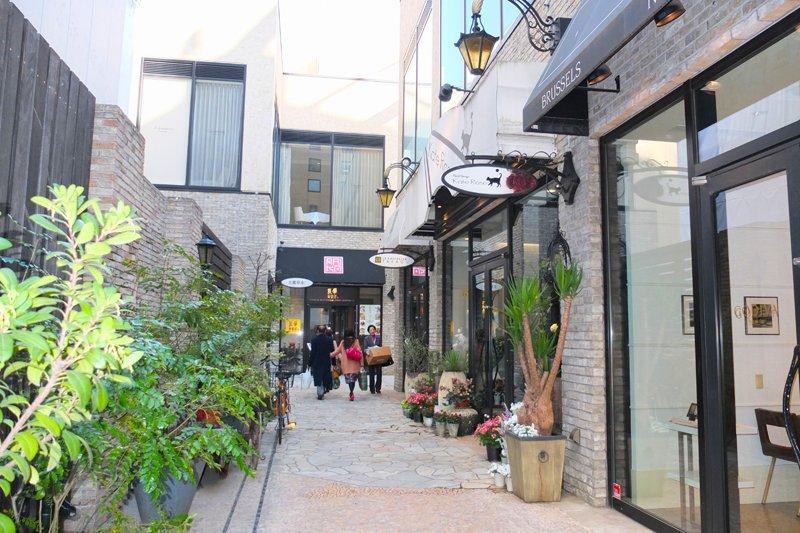 ホテルとレジデンスの1・2階に広がる「パサージュ青山」