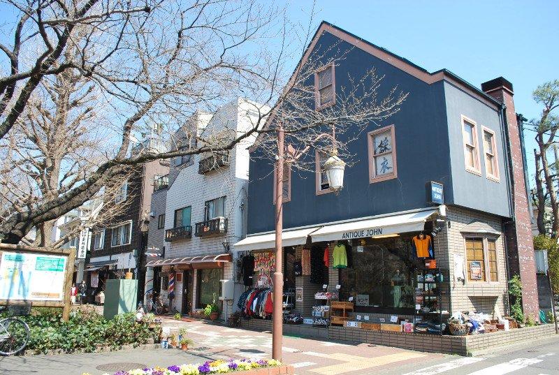 「大学通り」のショップや飲食店