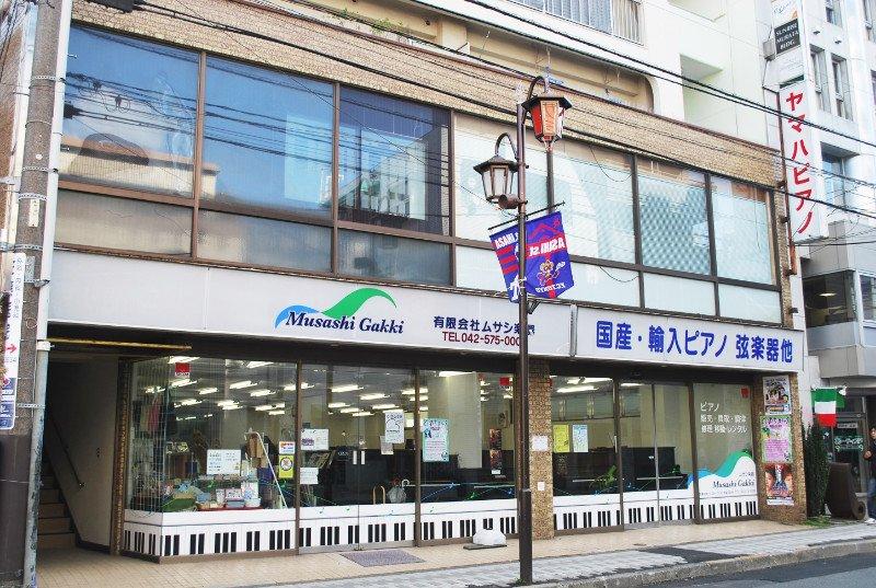 旭通りにある楽器店