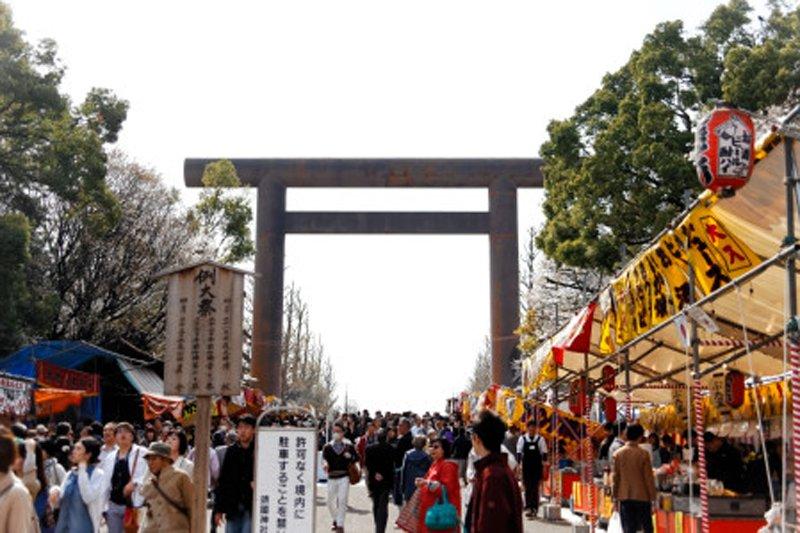 さくらまつりで賑わう「靖国神社」