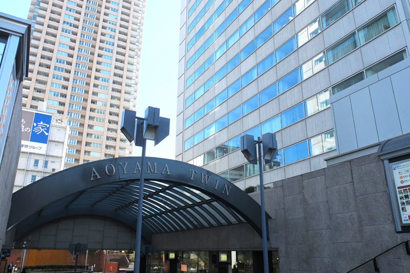 地下1階で駅と直結する「青山ツインショッピングプラザ」