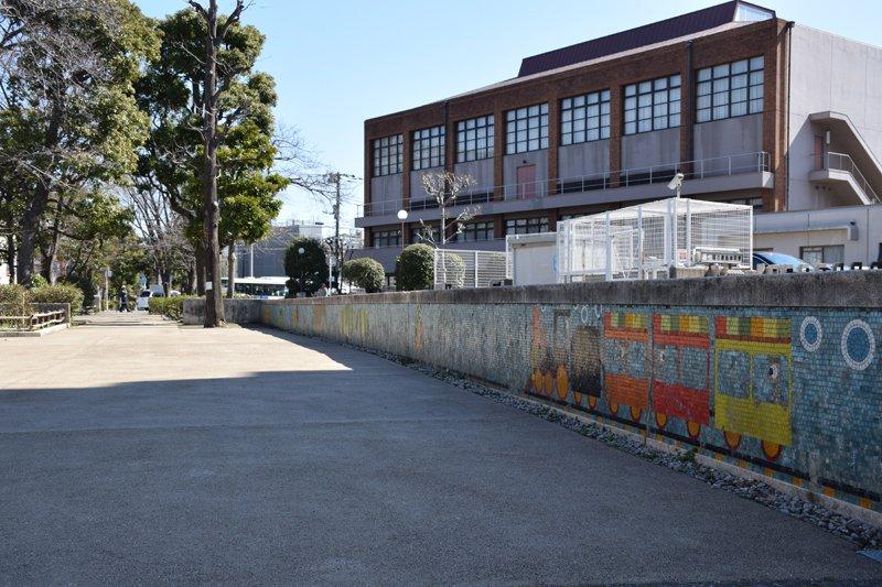 「さいわい緑道」の壁画