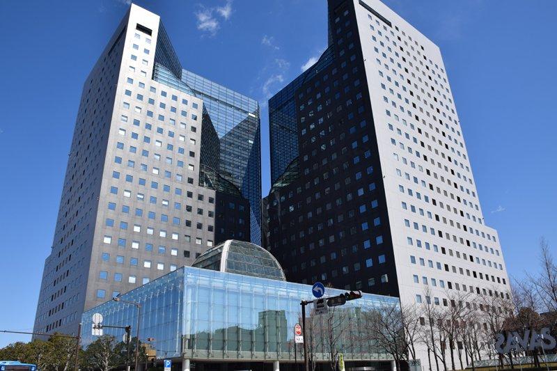 正方形の窓が並ぶ「ソリッドスクエア」