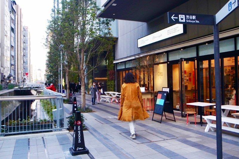 「渋谷川」沿いの遊歩道